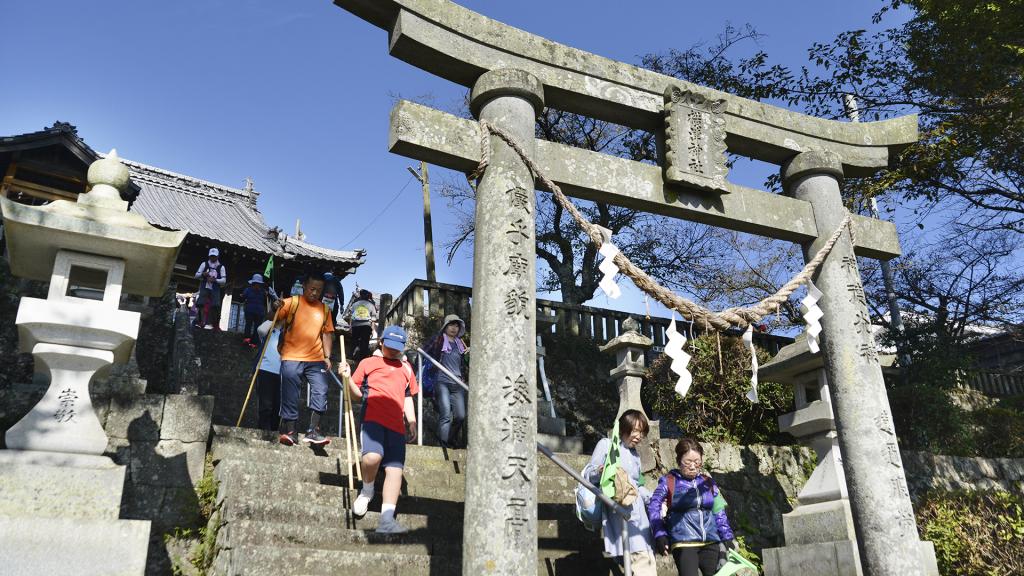 Aコース、高台にそびえる横津神社
