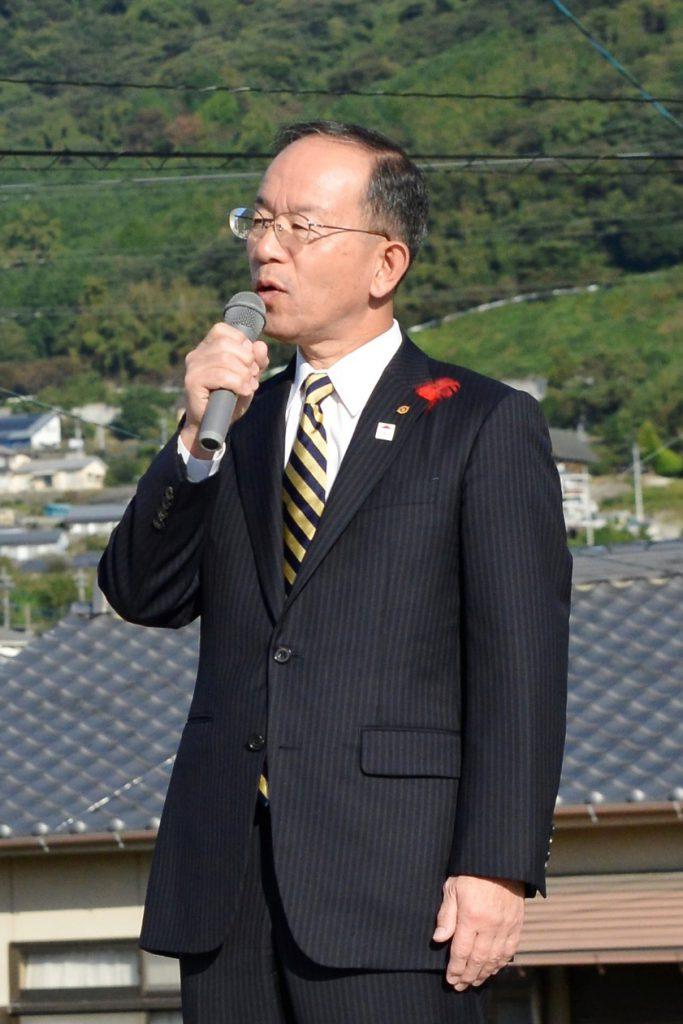 出発式で挨拶する本田博文 日出町長